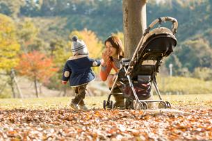 公園で遊ぶ母親と男の子の写真素材 [FYI03241450]