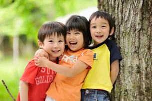 公園で遊ぶ男の子と女の子達の写真素材 [FYI03241453]