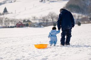 スキー場を手をつないで歩く親子の写真素材 [FYI03241455]