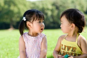 公園で遊ぶ男の子と女の子の写真素材 [FYI03241474]