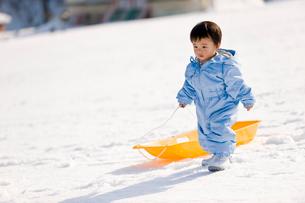 そり遊びをする男の子の写真素材 [FYI03241500]