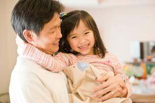 室内で子供を抱き上げる父親の写真素材 [FYI03241523]