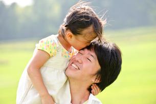 父親にキスをする女の子の写真素材 [FYI03241685]