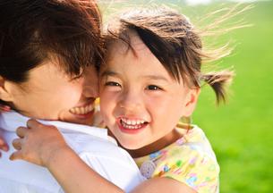 母親に抱かれる女の子の写真素材 [FYI03241686]