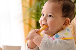 スプーンで遊ぶ赤ちゃんの写真素材 [FYI03241689]