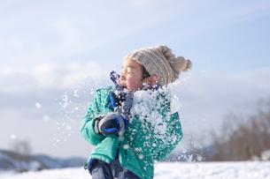 雪合戦をする男の子の写真素材 [FYI03241708]