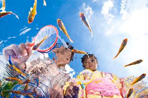 金魚すくいをする浴衣姿の子供の写真素材 [FYI03241729]