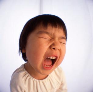 大きな口を開ける女の子の顔のアップの写真素材 [FYI03241838]
