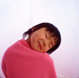 目を閉じた女の子の顔のアップの写真素材 [FYI03241844]