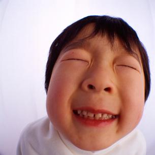 目を瞑っておどける男の子の顔のアップの写真素材 [FYI03241845]