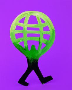地球を抱える人のクラフトの写真素材 [FYI03241848]
