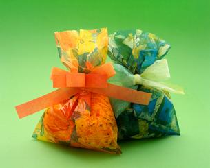 オレンジと緑の巾着型のプレゼントの写真素材 [FYI03241909]