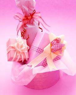 ピンクとクリーム系のかわいいラッピングの写真素材 [FYI03241910]