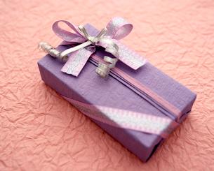 紫とピンク系の和風の落ち着いたプレゼントの写真素材 [FYI03241935]