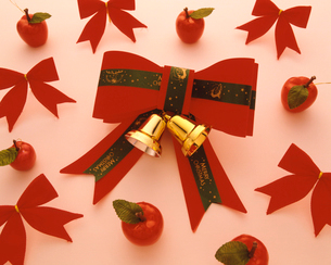赤いリボンのクリスマスディスプレイの写真素材 [FYI03241937]