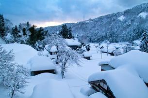 大雪の山村の写真素材 [FYI03241968]