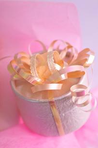 ピンクのカーリングリボンのプレゼントの写真素材 [FYI03241986]