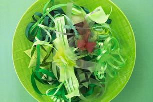 緑色系のリボンのディスプレイの写真素材 [FYI03241991]