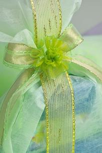 緑とゴールド系の涼しげなプレゼントの写真素材 [FYI03241993]