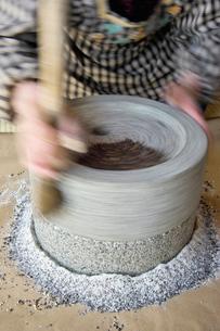 蕎麦の実を石臼で挽いてる風景の写真素材 [FYI03242009]