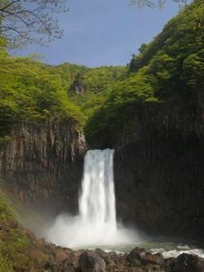 新緑の苗名滝の写真素材 [FYI03242783]