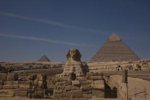 スフィンクスとカフラー王とメンカウラー王のピラミッドの写真素材 [FYI03243125]
