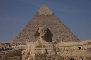 スフィンクスとカフラー王のピラミッドの写真素材 [FYI03243126]