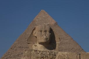 スフィンクスとカフラー王のピラミッドの写真素材 [FYI03243163]