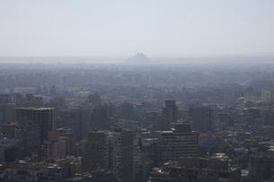 カイロタワーよりカイロの街並とギザのピラミッド遠望の写真素材 [FYI03243211]