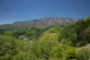 大望峠より山村と新緑の戸隠連峰の写真素材 [FYI03243213]