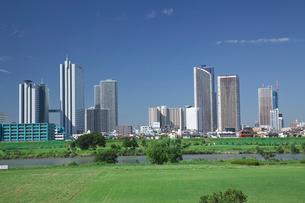 多摩川の河川敷と武蔵小杉付近の高層ビル群の写真素材 [FYI03243344]