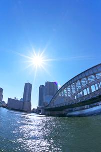 隅田川と勝鬨橋とビル群の写真素材 [FYI03243359]