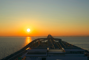 海ほたるより朝日の写真素材 [FYI03243372]