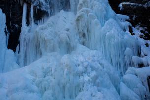 氷結した清滝の写真素材 [FYI03243528]