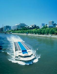 水上バスと中之島公園の写真素材 [FYI03243614]