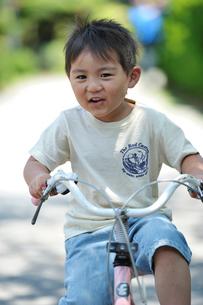 自転車に乗る子供の写真素材 [FYI03243874]