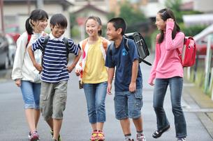 下校中の五人の小学生の写真素材 [FYI03243885]