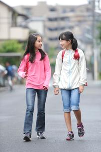 下校中の二人の女の子の写真素材 [FYI03243886]