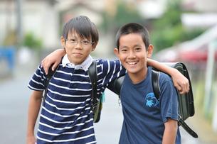 肩を組んでいる男の子の写真素材 [FYI03243887]