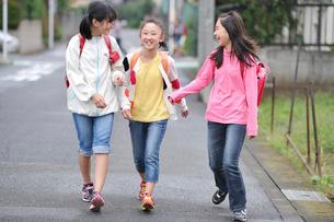 下校中の三人の女の子の写真素材 [FYI03243888]