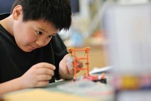 実験装置を組み立ている小学生の写真素材 [FYI03243948]