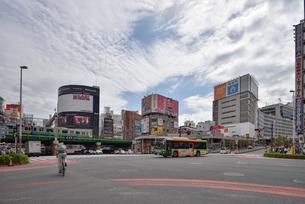 新宿大ガード西交差点の風景の写真素材 [FYI03244077]