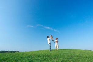 緑の草原とファミリーの写真素材 [FYI03244525]