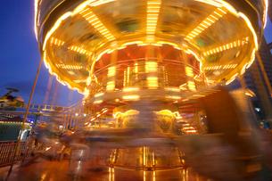 回転する夜のメリーゴーラウンドの写真素材 [FYI03244547]