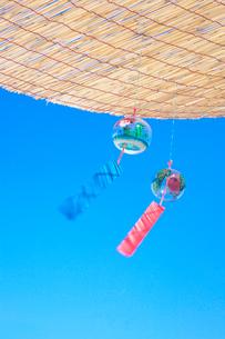 青空の下のすだれと風鈴の写真素材 [FYI03244625]