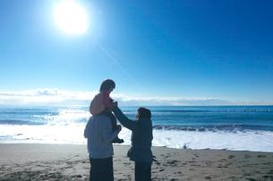 海岸で肩車をする親子の写真素材 [FYI03244668]
