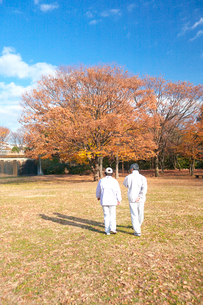 ジョギングをするシニアの夫婦の写真素材 [FYI03244677]