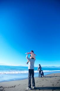 海岸で肩車をする親子の写真素材 [FYI03244678]