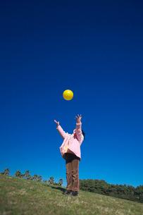 公園でボール投げをする女の子の写真素材 [FYI03244698]