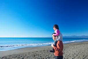海岸で肩車をする親子の写真素材 [FYI03244701]